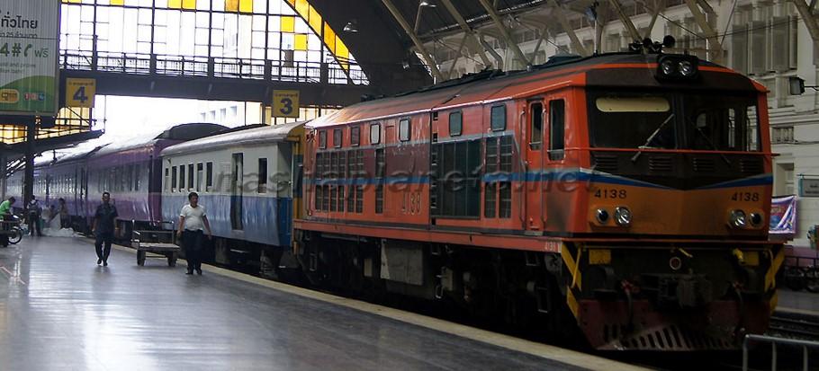 поезд на станиции в Бангкоке
